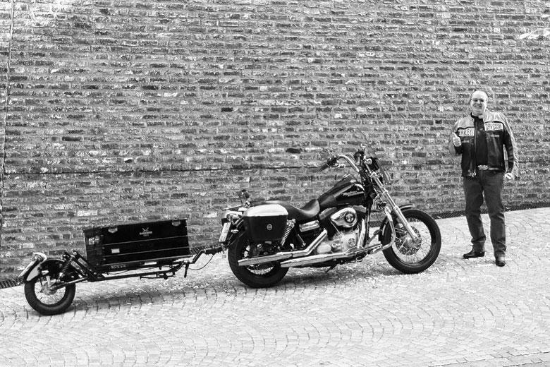 Michael Klabuhn und seine Harley Davidson am Kunstmuseum in Ravensburg – fotografiert von Christoph Hepperle